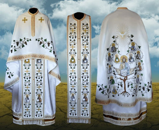 De ce poarta preotii vesminte albe/aurii de Paste